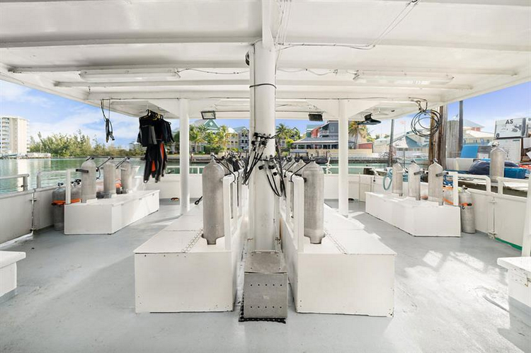 Bahamas Master Liveaboard Features Table