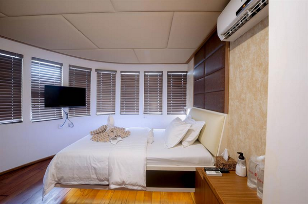 Features of Maldives Adora liveaboard cabin review