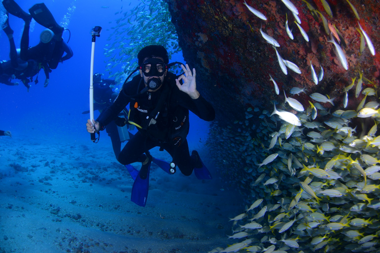 Learning the basics of scuba diving hand signals