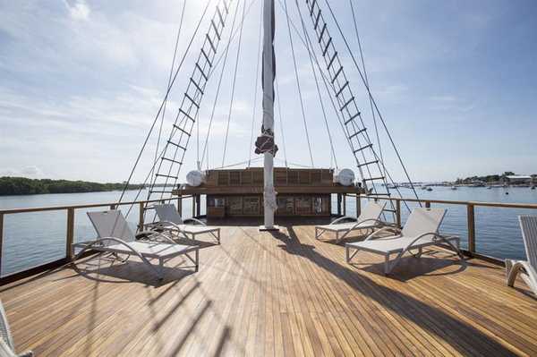 Tiare Cruise cabin and deck - spaciousdeck to relax