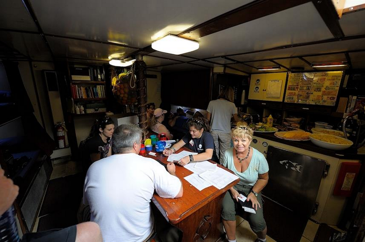 What are the pros and cons of the Bahamas Blackbeards Sea Explorer Liveaboard