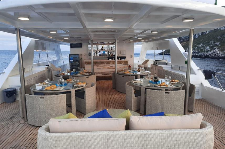 What are the pros and cons of the Galapagos Tiburon Explorer Liveaboard